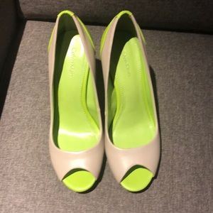 Peep toe pumps with neon detail!